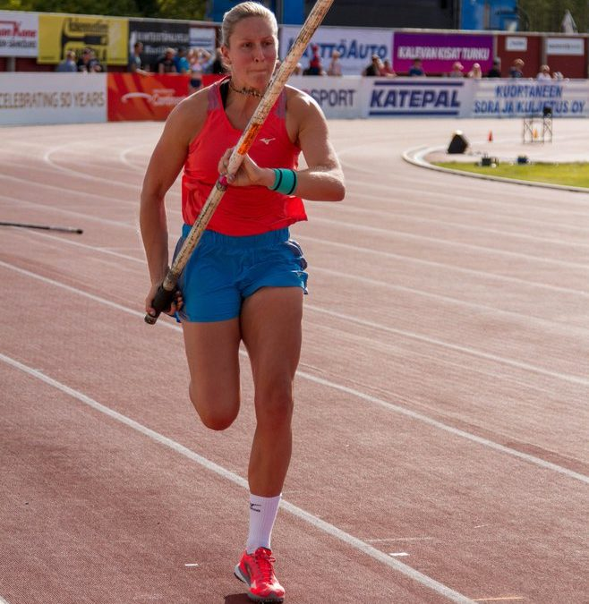 Holly in Meeting Pole Vault Record Clearance – Jess & Rob at Trafford BMC Gold Standard Races